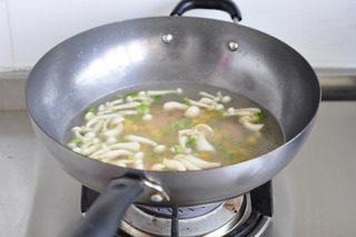 油豆腐塞肉,兑入一碗鸡汤,调入盐半茶匙,胡椒粉半茶匙