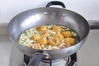 油豆腐塞肉,油豆腐放入,大火煮开小火焖10分钟