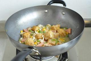 油豆腐塞肉,水淀粉勾芡即可