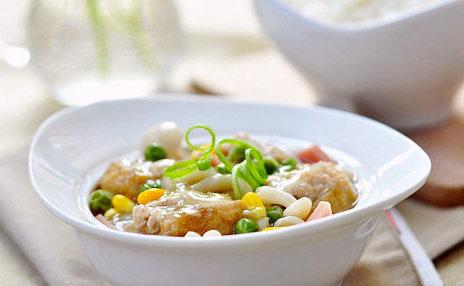 油豆腐塞肉,宴客的时候,可以把油豆腐摆成圆形。把配料浇在上面