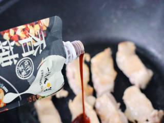 彩椒鸡腿饭,倒入大约100克香辣烧汁,可以根据自己的口味酌情增减,其它的调料就不用放了。