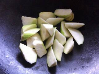 丝瓜花蛤汤,加入丝瓜块炒至出水变软
