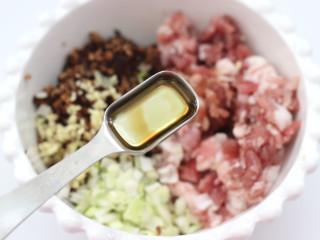 三伏天必备的苦瓜酿肉,加入食用油。