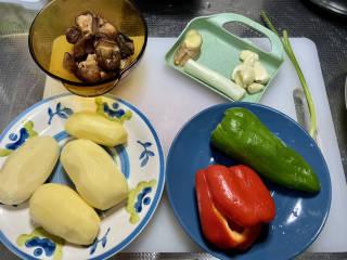 土豆香菇焖鸡,土豆削皮洗净,泡发好的香菇搓洗干净,攥干水分,红椒青椒去蒂去籽洗净,姜搓洗干净,葱白小葱洗净