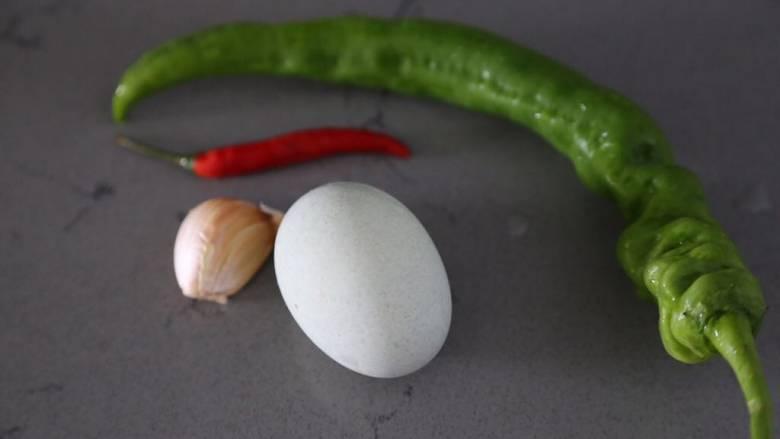 皮蛋炒青椒,材料准备好