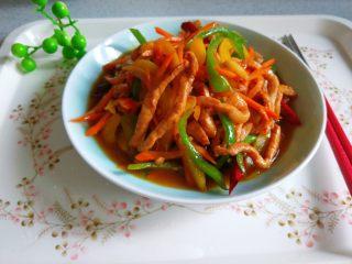彩椒炒肉丝,装盘即可食用。