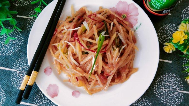 西红柿炒土豆丝,出锅装盘,即可食用!配点干辣椒丝调味!