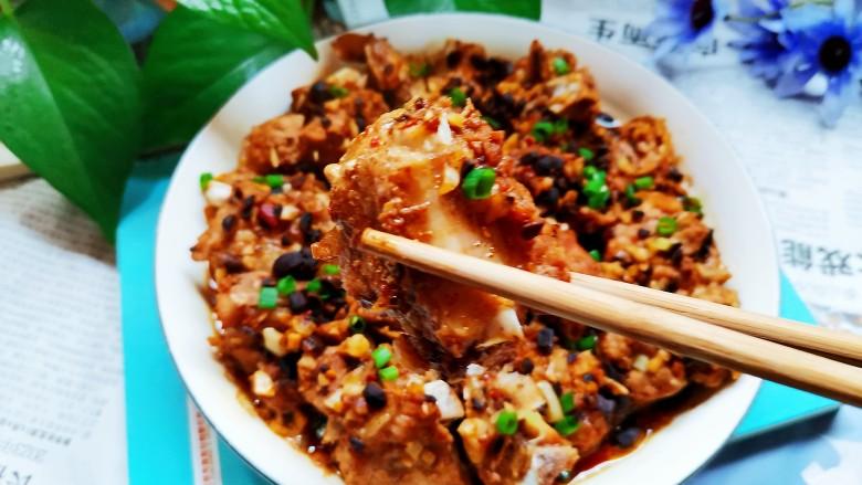 蒜蓉豆豉蒸排骨,蒸好撒上葱花和小米椒就可以开动了