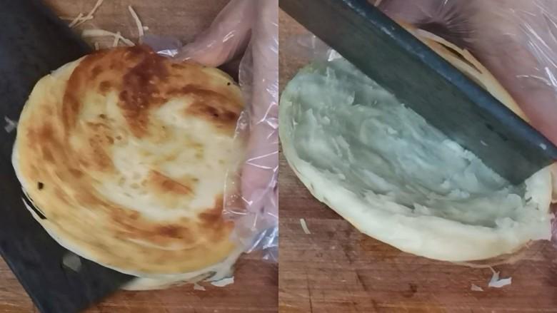 家常肉夹馍,晾至不烫手,用刀把饼分离开,底部不要切断