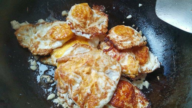 糖醋鸡蛋,倒入煎好的鸡蛋翻炒几下