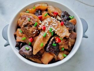 土豆香菇焖鸡,装入容器放上葱花、辣椒、白芝麻点缀