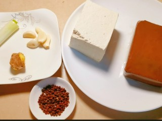 鲜嫩十足下饭神器鸭血豆腐,准备一块鸭血、一块豆腐、少许花椒少许蒜瓣姜葱。