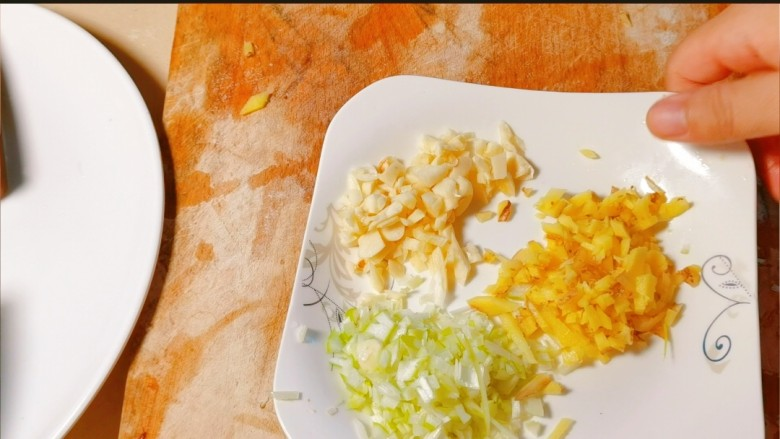 鲜嫩十足下饭神器鸭血豆腐,葱姜蒜切成末