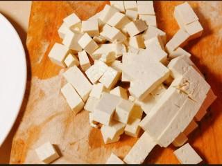 鲜嫩十足下饭神器鸭血豆腐,豆腐切块