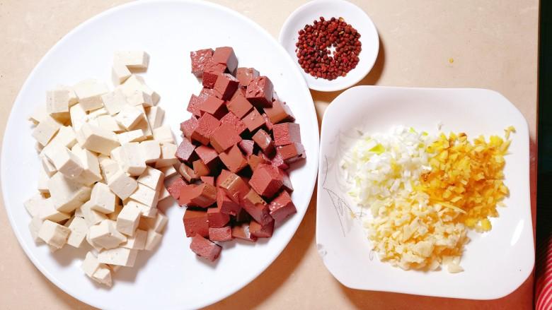 鲜嫩十足下饭神器鸭血豆腐,我们的小菜准备工作就制作完成喽。