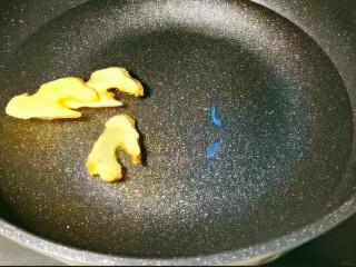 鲜嫩十足下饭神器鸭血豆腐,再加入三片姜,适量料酒煮至水开。