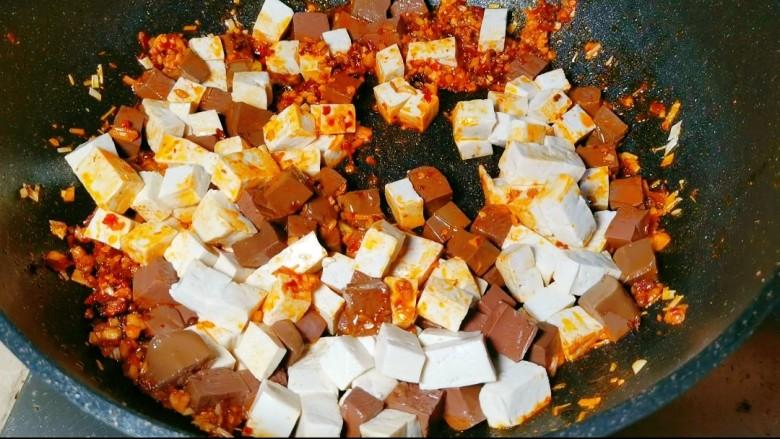 鲜嫩十足下饭神器鸭血豆腐,翻炒一分钟左右,下入适量盐