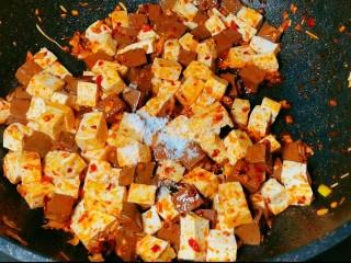 鲜嫩十足下饭神器鸭血豆腐,加入适量的水,再放入少许生抽~一点耗油。盖上锅盖煮3到5分钟。