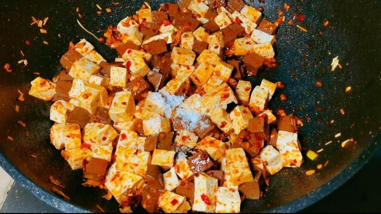 鲜嫩十足下饭神器鸭血豆腐,加入适量的水,再放入少许<a style='color:red;display:inline-block;' href='/shicai/ 788'>生抽</a>~一点耗油。盖上锅盖煮3到5分钟。