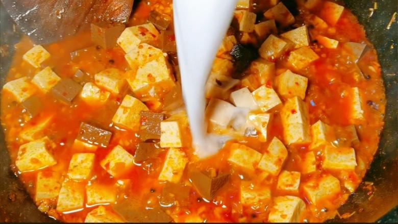 鲜嫩十足下饭神器鸭血豆腐,炒至酱汁浓稠状,咱们的鸭血豆腐就可以出锅啦~