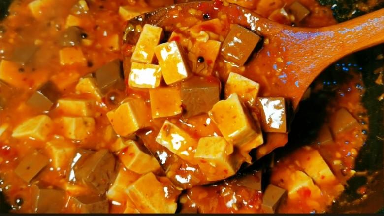 鲜嫩十足下饭神器鸭血豆腐,撒上葱花即可
