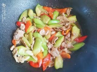 丝瓜肉片,加入适量的十三香和鸡精翻炒均匀即可出锅
