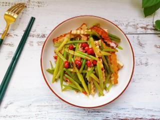 蒜苔香干,搅拌均匀即可食用
