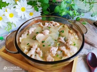 冬瓜瘦肉汤,盛入汤碗中撒上适量的葱花即可