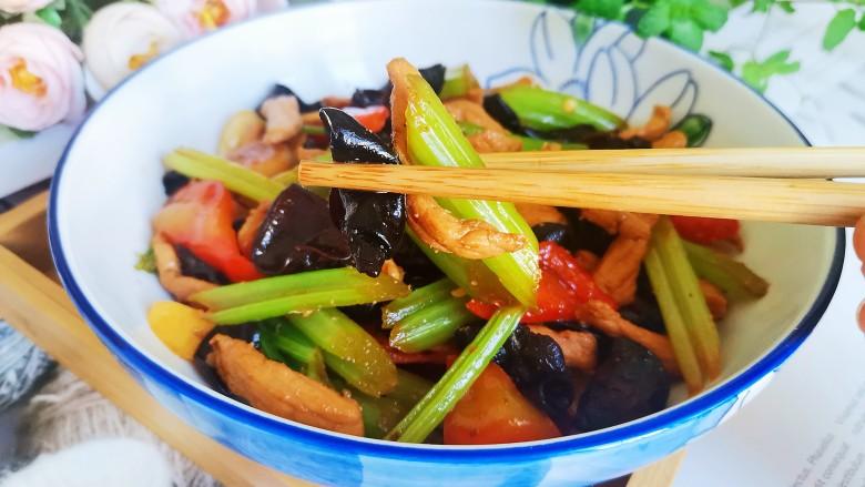 芹菜木耳炒肉丝,一道下饭的芹菜木耳炒肉丝就做好了