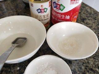 茭白烧肉,准备鱼香汁:清水,米醋,白糖,生粉,生抽