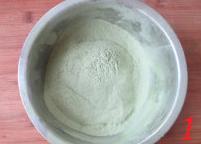 抹茶白巧克力蜜豆磅蛋糕,低筋面粉、抹茶粉、泡打粉放在一起过筛三次备用。