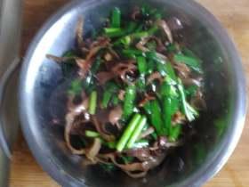 韭菜炒木耳