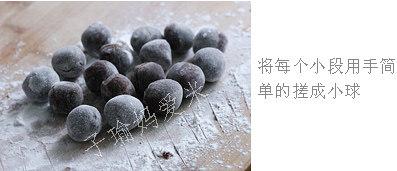 经典款豆沙汤圆,将每个小段用手简单的搓成小球
