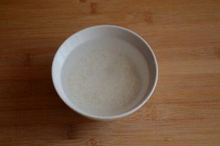皮蛋牡蛎粥,大米洗净,浸泡1小时