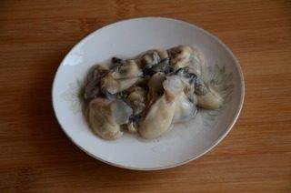 皮蛋牡蛎粥,新鲜牡蛎去壳取肉,洗净后加少量盐,白酒和白胡椒粉拌匀