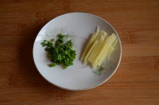皮蛋牡蛎粥,姜切丝,小葱切末