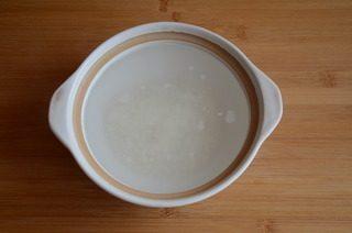 皮蛋牡蛎粥,砂锅中加水烧开,放入大米煮开,小火煮至米粒开花