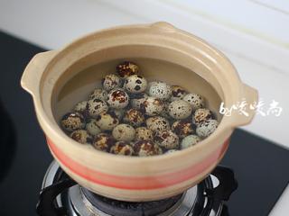 五香鹌鹑蛋,鹌鹑蛋洗去浮尘,冷水下锅,中火煮开后转小火煮5分钟后关火焖5-10分钟。