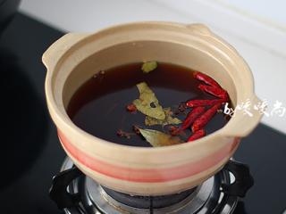 五香鹌鹑蛋,砂锅内放适量的水(可以没过鹌鹑蛋就可以了),放入香料和调好的酱油汁,烧开后小火煮10分钟。