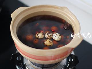 五香鹌鹑蛋,将鹌鹑蛋放进砂锅内,重新煮开后转小火煮半小时。