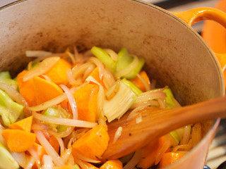 锅烤羊腿,随后加入胡萝卜和芹菜茎,继续翻炒5min