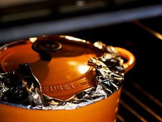 锅烤羊腿,入盐和红糖后(尝味,可略咸)覆锡纸上盖,入烤箱中层上下火150度3h
