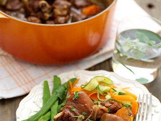 锅烤羊腿,最后配上简单的salad和香草即可享用~