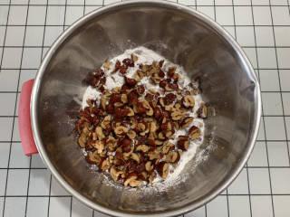 免烤箱搅一搅就能做红枣糯米糕,糯米粉加入红枣,红枣去核剪小块