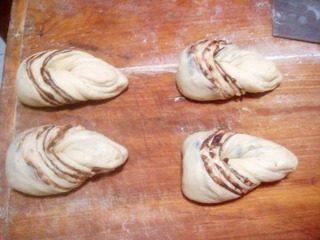 香甜核桃豆沙卷,将稍尖的一头范转刀另一边