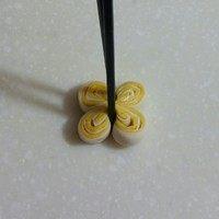 南瓜双色花卷,用筷子向中间夹紧,注意不要夹断了