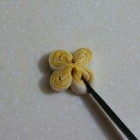 南瓜双色花卷,用刀切出4个花瓣