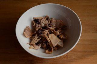 墨鱼排骨汤,捞出洗净,再用清水泡个5分钟,去除软骨和杂质,切成小块。在加了料酒的沸水中焯一下,捞出冲洗,沥干水分备用