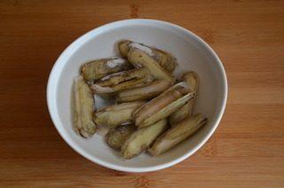葱姜炒蛏子,蛏子洗刷干净,在淡盐水中浸泡1到2小时,吐净泥沙,再次洗净