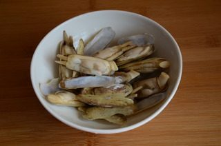 葱姜炒蛏子,锅中加水烧开,加一点盐,放入蛏子,煮至开口,捞出沥干水分